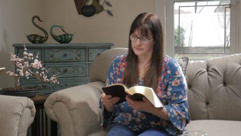 Verraden door haar harteloze echtgenoot, werd zij geleid door Gods woord in pijn en wanhoop