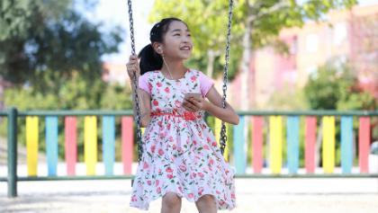 Een 6-jarig meisje wonderbaarlijk overleeft nadat ze per ongeluk bijtende soda heeft ingeslikt